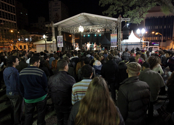 Público acompanha show da Virada no Largo do Rosário.