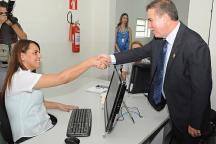 O prefeito Jonas Donizette saúda servidora do Agiliza Campinas